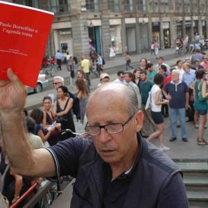 Salvatore Borsellino con l'agenda rossa